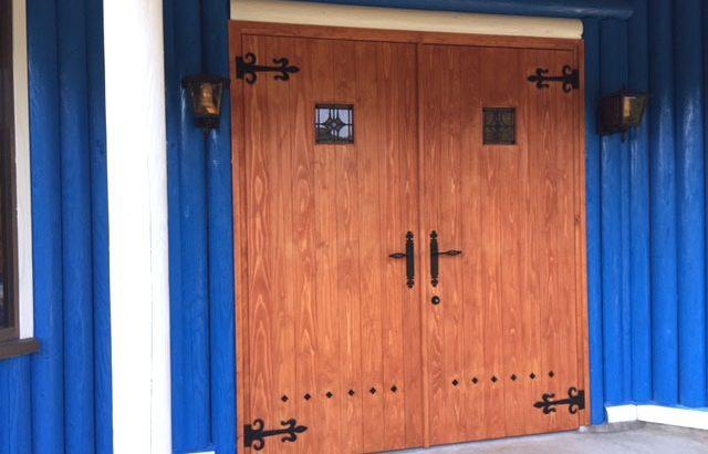 ドッグラン開設にあたり、扉のリメイク。イメージ通りの扉になりました(シグパパ様)